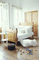 白いシーツや枕と木製ベッドのある部屋
