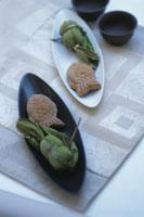 皿の上の鯛焼きと笹餅