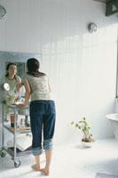 バスの鏡に向かう女性 21044000588| 写真素材・ストックフォト・画像・イラスト素材|アマナイメージズ