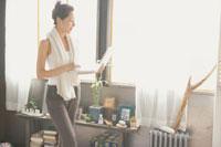 ノートパソコンを手に歩く女性