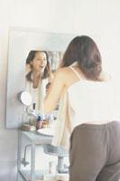 鏡に向かって微笑む女性