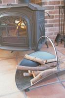 暖炉と薪 21044000645| 写真素材・ストックフォト・画像・イラスト素材|アマナイメージズ