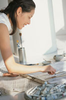 油絵を描く女性