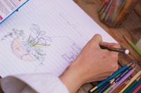 絵を描く女性の手