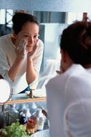 洗面台で洗顔をする女性
