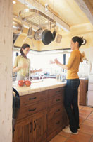 キッチンで料理する女性2人