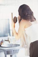 髪をブラッシングする女性の後姿 21044000853| 写真素材・ストックフォト・画像・イラスト素材|アマナイメージズ
