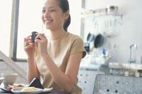 おにぎりを食べる女性