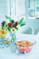 テーブルの上の花とフルーツポンチ