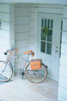 自転車のある白い家の玄関