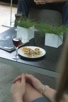 赤ワインとオードブル 21045000049| 写真素材・ストックフォト・画像・イラスト素材|アマナイメージズ