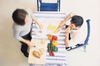 野菜をカットするカップル