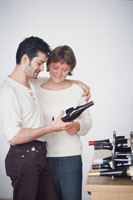 ワインを眺めるカップル