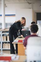 オフィスでパソコンに向かい指差す女性 21067000048| 写真素材・ストックフォト・画像・イラスト素材|アマナイメージズ