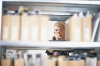 棚のファイルから覗く外国人女性の顔 21067000050| 写真素材・ストックフォト・画像・イラスト素材|アマナイメージズ