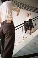 階段にいる女性を見ている男性