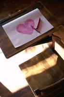 ピンクのハートを書いた画用紙