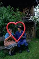 ハート型のオブジェを持つカップル
