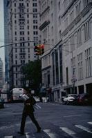 横断歩道を渡る日本人ビジネスマン 21069000003| 写真素材・ストックフォト・画像・イラスト素材|アマナイメージズ