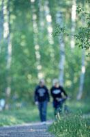 森の中を歩くカップル 21069000023| 写真素材・ストックフォト・画像・イラスト素材|アマナイメージズ