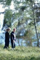 森の中を歩くカップル 21069000025| 写真素材・ストックフォト・画像・イラスト素材|アマナイメージズ
