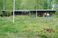 森の中の建物と人物 21069000037J| 写真素材・ストックフォト・画像・イラスト素材|アマナイメージズ