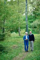 森の中を歩くカップル 21069000038D| 写真素材・ストックフォト・画像・イラスト素材|アマナイメージズ