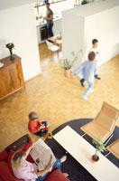 リビングルームにいる外国人家族 21069000048C| 写真素材・ストックフォト・画像・イラスト素材|アマナイメージズ