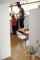 キッチンにいる外国人の父と息子 21069000049B| 写真素材・ストックフォト・画像・イラスト素材|アマナイメージズ