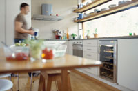 キッチンにいる外国人男性