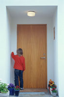 玄関の前に立つ外国人の男の子