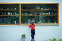 キッチンを覗く外国人の男の子 21069000053B| 写真素材・ストックフォト・画像・イラスト素材|アマナイメージズ