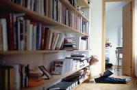 本を読む男の子 21069000077| 写真素材・ストックフォト・画像・イラスト素材|アマナイメージズ