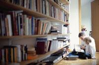 本を読む親子 21069000080| 写真素材・ストックフォト・画像・イラスト素材|アマナイメージズ