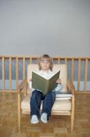 イスに座って本を読む男の子