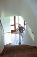 電話をしながら階段を上る男性