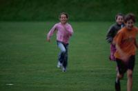 グラウンドで遊ぶ子供たち
