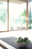 テーブルの上の青リンゴ