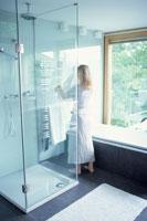 バスルームと女性 21069000319| 写真素材・ストックフォト・画像・イラスト素材|アマナイメージズ