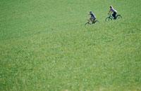 サイクリングをする外国人カップル 21069000339A| 写真素材・ストックフォト・画像・イラスト素材|アマナイメージズ