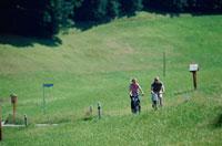 サイクリングをする外国人カップル 21069000342| 写真素材・ストックフォト・画像・イラスト素材|アマナイメージズ