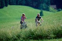 サイクリングをする外国人カップル 21069000344| 写真素材・ストックフォト・画像・イラスト素材|アマナイメージズ