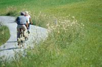 サイクリングをする外国人カップル 21069000345| 写真素材・ストックフォト・画像・イラスト素材|アマナイメージズ