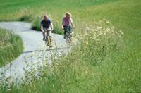 サイクリングをする外国人カップル