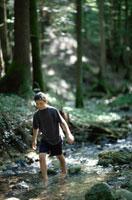 川辺を歩く男の子