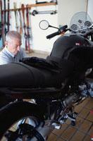 バイクの手入れをする外国人男性