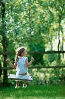 ブランコに乗っている女の子 21069000432| 写真素材・ストックフォト・画像・イラスト素材|アマナイメージズ