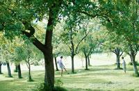 公園でサッカーをする外国人親子