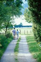 道を歩く外国人親子