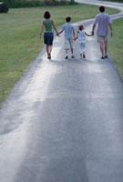 道を歩く外国人親子 21069000446| 写真素材・ストックフォト・画像・イラスト素材|アマナイメージズ